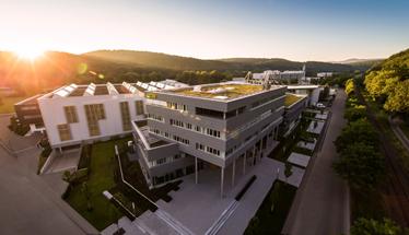 ドイツ 南部 チュービンゲンに本社を置くHORN社は溝入れ工具のリーディングカンパニーとして、 超硬、コーティング、研磨まで全ての工程を自社で一貫生産しています。 25,000種類を超える標準工具と、120,000を超える特殊品をラインナップ。お客様に最適なソリューションを提供します。 お客様に最適なソリューションを提供致します。